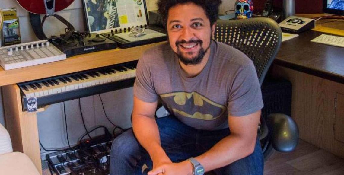 Conheça Serginho Rezende, responsável pela banda do 'Só Toca Top'. No seu estúdio Comando S, o produtor musical é responsável pela produção das músicas do programa.
